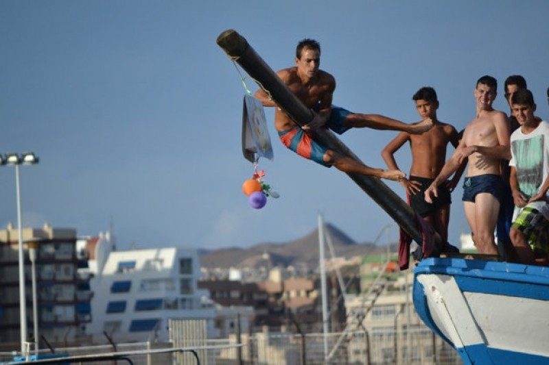 <span style='color:#780948'>ARCHIVED</span> - Águilas man wins greasy pole competition for the 16th successive year!