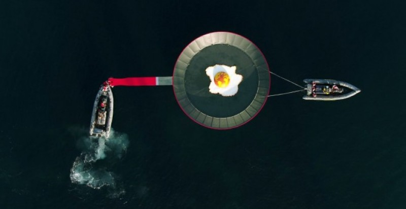 <span style='color:#780948'>ARCHIVED</span> - Greenpeace stage Fried Planet protest off the coast of La Manga