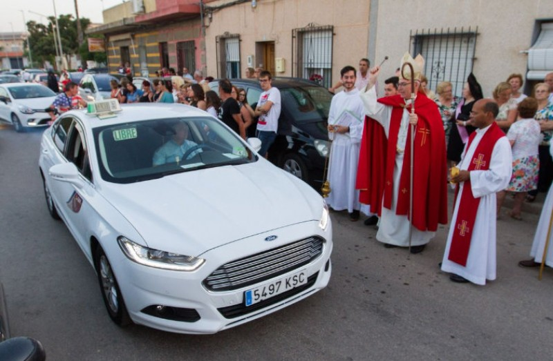 <span style='color:#780948'>ARCHIVED</span> - Taxis receive blessing from the priest on the day of San Cristóbal in Cartagena